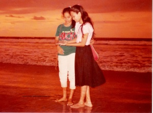 Di pantai Kuta. Saya yang masih remaja berbaju pink dengan rok hitam.