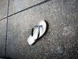 Sepotong sandal jepit