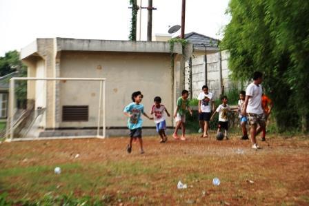 Anak-anak bermain sepak bola