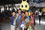 Anak-Anak berfoto dengan maskot lapangan futsal