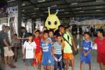 Anak berfoto dengan maskot lapangan futsal