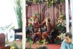 Pengantin Pria Membantu Merapikan Tutup kepala pengantin wanita
