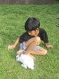 Anak bermain dengan kelinci