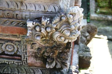 Mengamati Ukiran Kekarangan Pada Bangunan Bali.