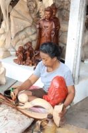 Wanita Bali Mengecat Patung
