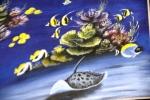 Ikan pari yang bergerak menyusur dasar laut yag berpasir! Sungguh menyenangkan melihatnya. dengan latar belakang gerombolan Moorish Idol yang berkelompok di coral.