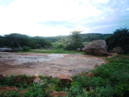 Tanah itu ternyata adalah batu yang sangat luas dari jaman precambium.