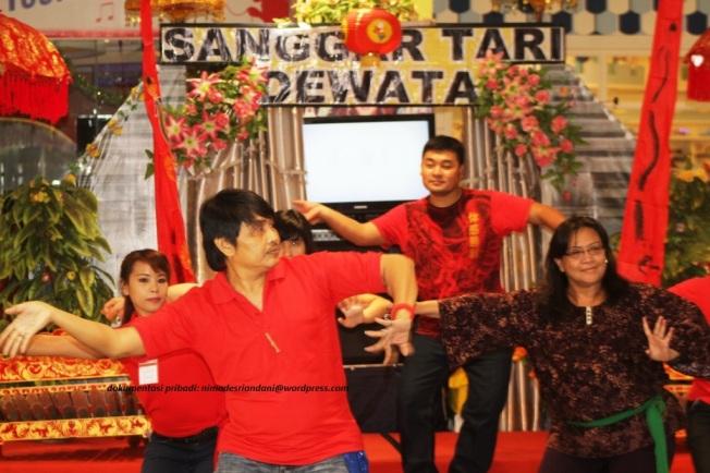 Latihan menari Bali