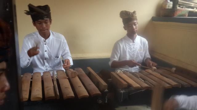 Inilah gamelan Caruk pelengkap upacara selain Slonding...yg membanggakan adalah generasi muda Bangbang(1)