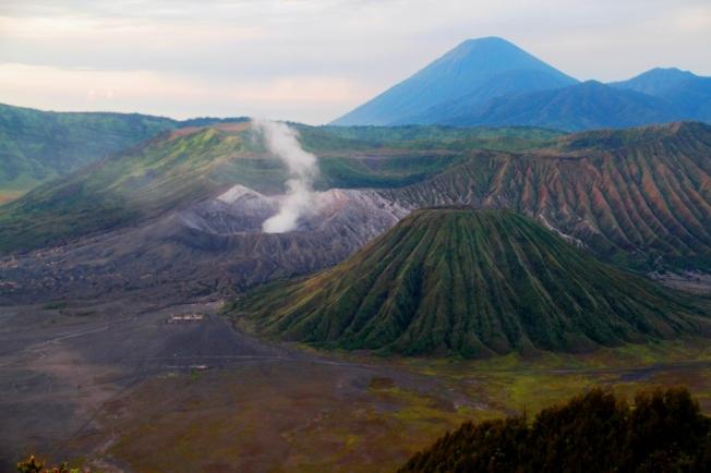 Kaldera Tengger dengan Gunung Batok, Gunung Bromo serta Gunung Semeru di latar belakang.