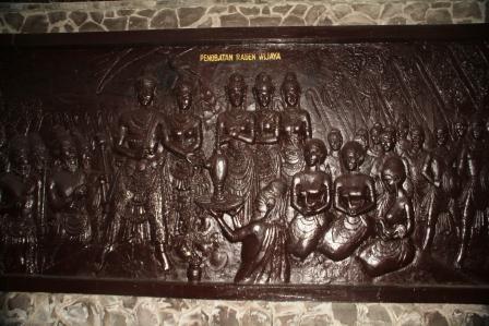 Penobatan Raden Wijaya menjadi Raja I Majapahit pada tahun 1294.