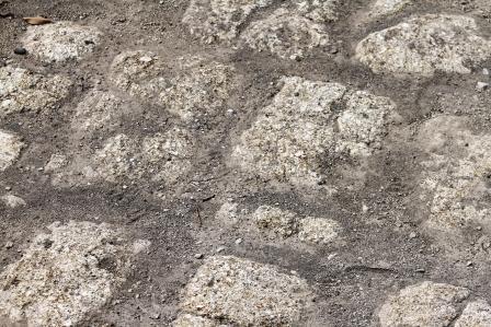 Batu-batu kuno penyusun jalan ke gapura Ratu Boko